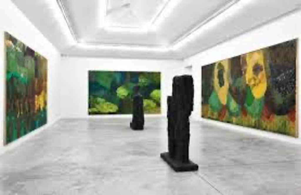 Skulpturer och tavlor i galleri