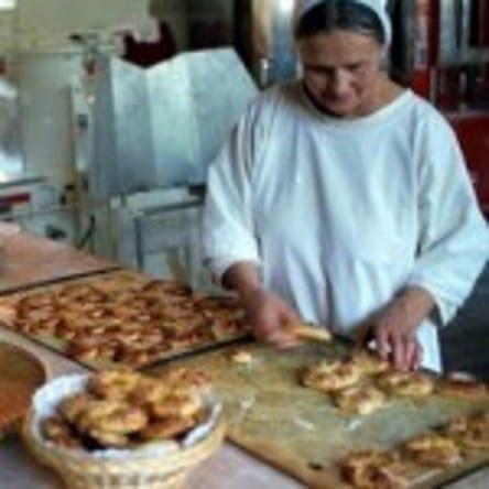 Bild på Barsja Ahlbom i köksmiljö med bakverk på ett bord