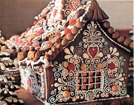 Pepparkakshus med glasyr och andra sötsaker ovanpå