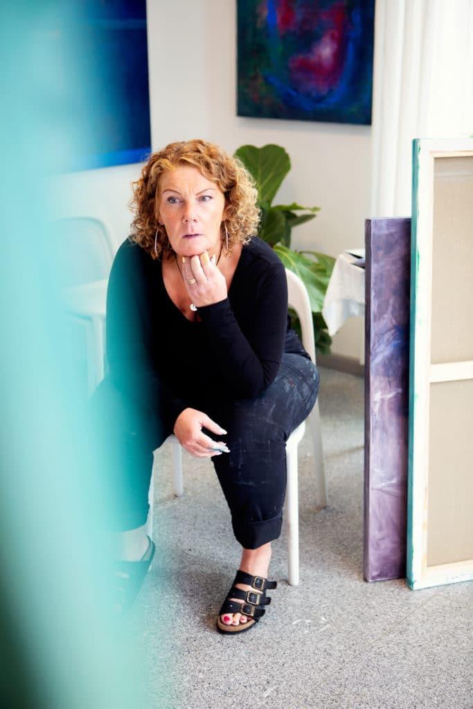 Ewa betraktar sitt pågående arbete med konst Ateljé & Galleri Ewa  Stadsparken 6 i Tyresö